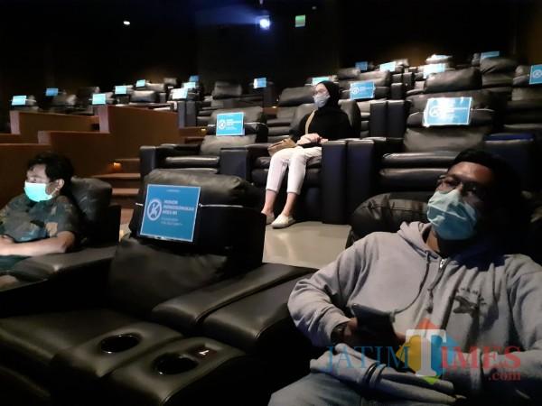 Suasana menonton di area studio bioskop Movimax Kota Malang di era New Normal dengan pembatasan jarak. (Arifina Cahyanti Firdausi/MalangTIMES).