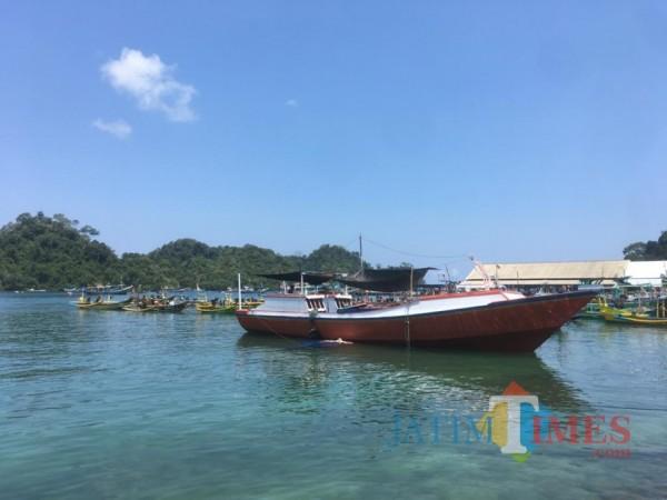 Tampak beberapa perahu masyarakat yang bersandar di tepi dermaga Sendang Biru. (Foto: Ashaq Lupito/MalangTimes)