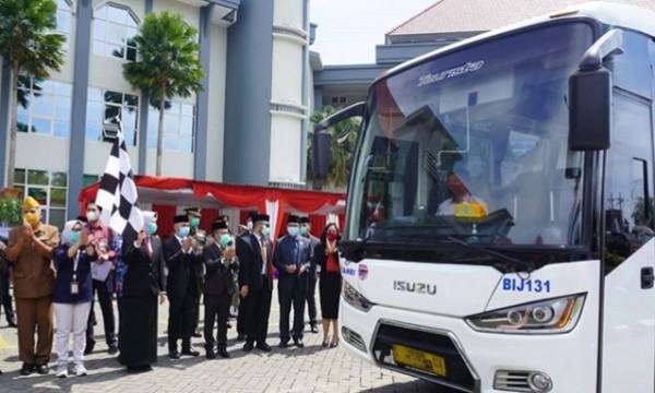 Bus DAMRI dihadirkan di Balai Kota Among Tani saat HUT Kota Batu ke-19 beberapa saat lalu.