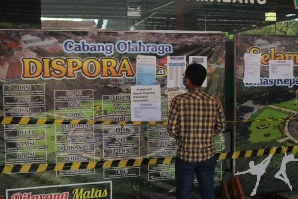 Kondisi depan kantor Disporapar Kota Malang yang ditutup sementara waktu. (Foto: Istimewa).