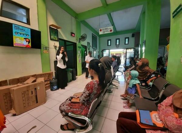 Suasana sosialisasi oleh petugas kesehatan kepada pengunjung di Puskesmas Arjowinangun. (Foto: Istimewa).