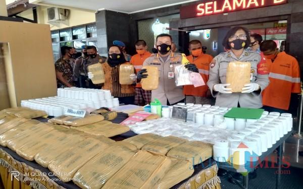 Barang bukti puluhan kilogram ganja hasil pengembangan kasus dirilis Kapolresta Malang Kota. (Anggara Sudiongko/MalangTIMES)