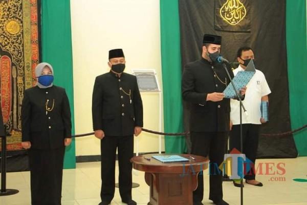 Proses pembacaan draft pelantikan oleh Wali Kota Probolinggo, Habib Hadi (kanan). (Foto: Bilhaq Nazal/ProbolinggoTimes)