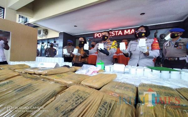 Ribuan pil dobel L yang diamankan petugas, ditunjukan dalam rilis kasus di Polresta Malang Kota (Anggara Sudiongko/MalangTIMES)