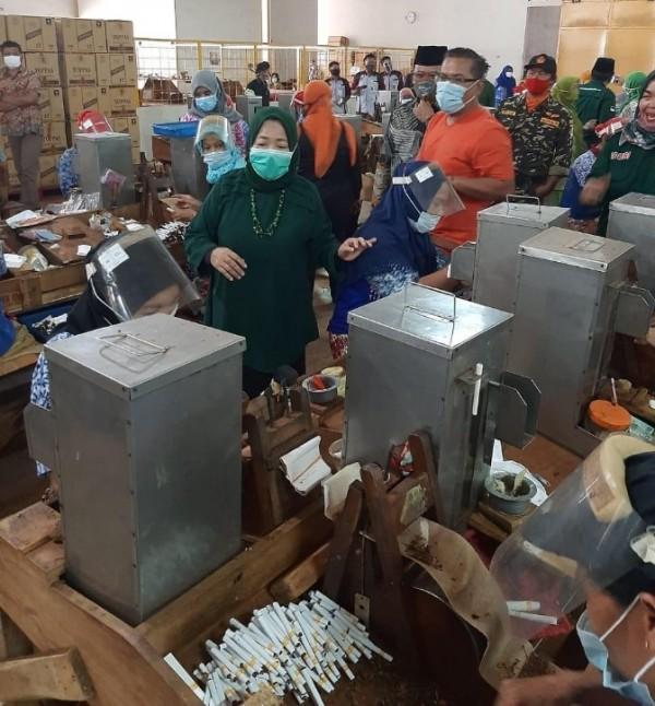 Calon Bupati Malang, Lathifah Shohib saat menyapa para buruh Pabrik Roko Topas di Karangploso, Kabupaten Malang. (Foto: Dok. Malang Bangkit)
