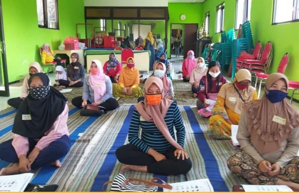 Kelas Ibu Hamil yang dilaksanakan Puskesmas Mulyorejo dengan jaga jarak. (Foto: Instagram Puskesmas Mulyorejo).