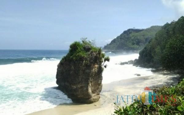 Pantai Lumbung Tulungagung, jika Beruntung Dapat Melihat Pulau Kecil Terapung