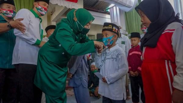 Calon Bupati Malang nomor urut dua yakni Lathifah Shohib saat menyapa para anak-anak di Kabupaten Malang. (Foto: Dok. Malang Bangkit)