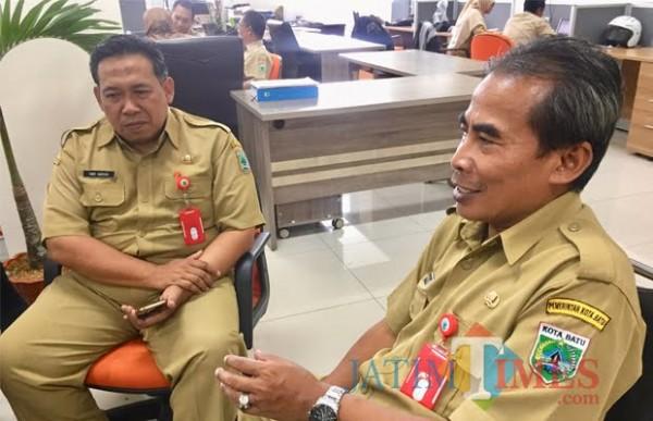 (Kanan) Kepala DPMPTSP dan Naker Muji Dwi Leksono. (Foto: Irsya Richa/MalangTIMES)