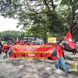 Suara Penolakan Omnibus Law Kembali Menggema di Depan Gedung DPRD Kota Malang