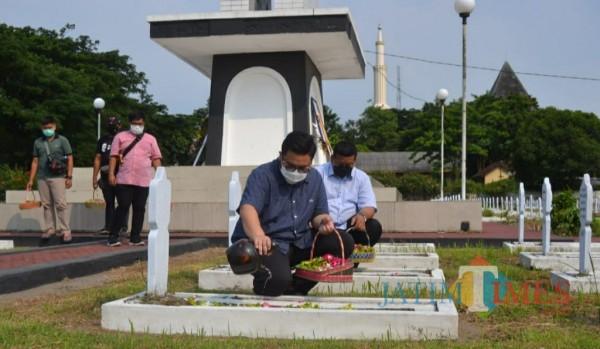 Calon Bupati Kediri Hanindhito Himawan Pramono saat ziarah ke makam pahlawan. (Eko arif s/Jatimtimes)