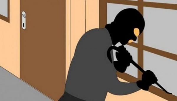 Ilustrasi pelaku kejahatan yang menjebol rumah. (faktualnews)