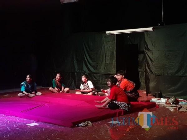 Aksi para pemain teater memeriahkan pentas drama dari Teater Ideot di hall Gedung DPRD Kota Malang, Selasa malam (10/11). (Arifina Cahyanti Firdausi/MalangTIMES).