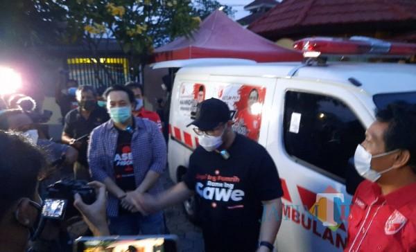 Calon Bupati Kediri Hanindhito Himawan Pramono menerima bantuan ambulan dari partai PKPI.(eko arif s/Jatimtimes)