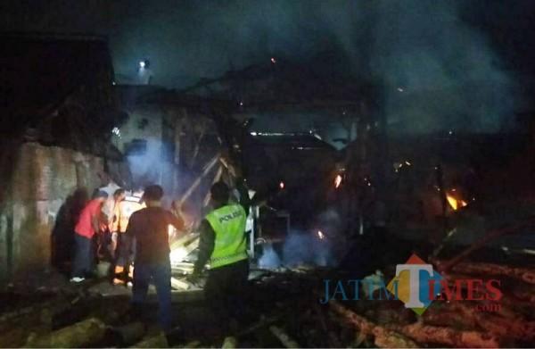 Petugas saat berupaya memadamkan kebakaran di lokasi pembuatan batu bata (Foto : PPK Kabupaten Malang for MalangTIMES)