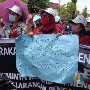 Kumpulan Poster Nyeleneh dan Rindu Digoyang Mewarnai Demo Pelaku Seni di Sumenep