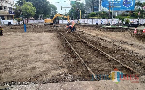 Rel kereta yang ditemukan para pekerja saat penggalian tanah pada proyek pembangunan Kayutangan Heritage (Anggara Sudiongko/MalangTIMES)