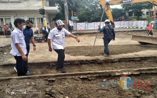 Tim ahli cagar budaya saat memantau kondisi temuan rel di proyek Kayutangan Heritage (Anggara Sudiongko/MalangTIMES)