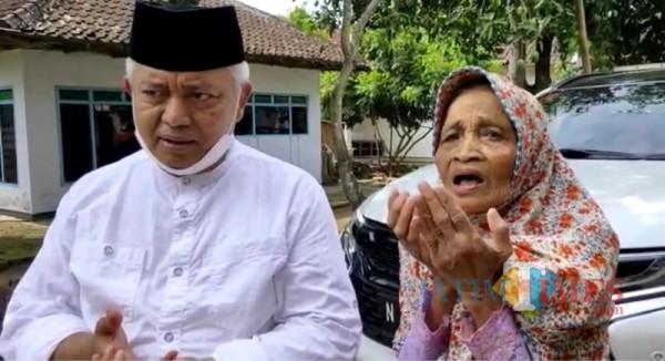 Yu Kiptiyah (kanan) saat mendoakan Sanusi kembali terpilih menjadi Bupati Malang (Foto : Tim SanDi for MalangTIMES)