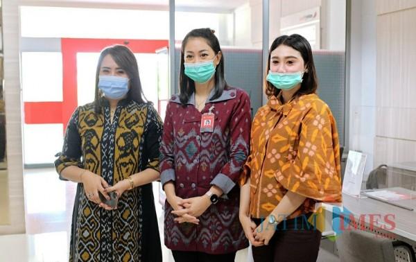 Beberapa karyawan bank mengenakan seragam kain tenun.(ist)