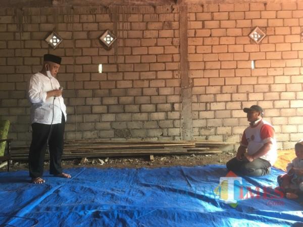 Calon bupati Malang Sanusi dari paslon SanDi nomor urut 1 (pegang mickrofon) saat berdialog dengan salah satu kelompok tani. (Foto : Ashaq Lupito / MalangTIMES)