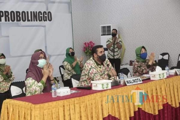 Habib Hadi (kanan) saat terima Penghargaan secara virtual dari kementrian kesehatan (kemenkes) Republik Indonesia (RI). (Foto: Mabrur/ProbolinggoTimes)