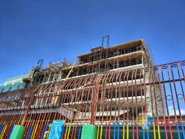 Kegiatan pembangunan gedung lantai 9 RSI Unisma di Jl MT Haryono, Kerluahan Dinoyo, Kecamatan Lowokwaru, Kota Malang masih berlanjut. foto anggara sudiongko