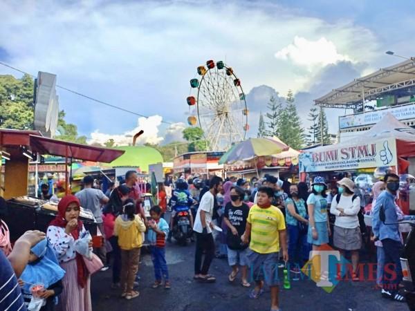 Keramaian wisatawan di Alun-Alun Kota Batu. (Foto: Irsya Richa/MalangTIMES)