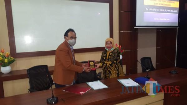 Rektor Unikama, Dr. Pieter Sahertian dan Ketua STKIP PGRI Jombang Dr. Munawaroh, M.Kes  saat melakukan penandatanganan MoU (Unikama for MalangTIMES)