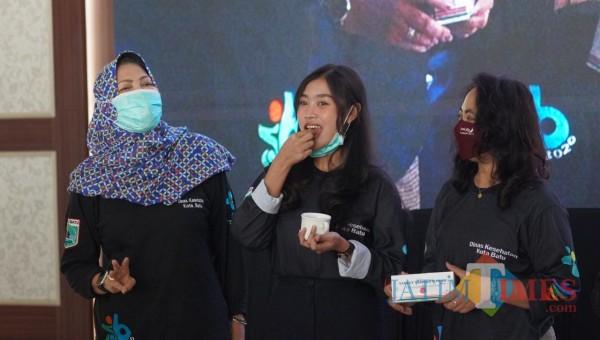 Salah satu peserta dalam HKN saat meminum tablet ZE di Graha Pancasila, Balai Kota Among Tani, Jumat (13/11/2020).