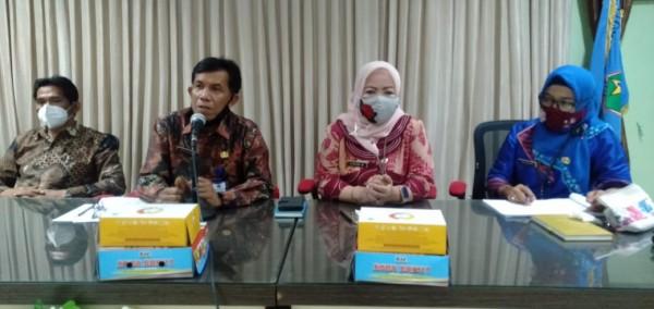 (dua dari kiri) Sektretaris Disdikbud Kota Malang memaparkan persiapan belajar tatap muka di kota Malang. (Foto: Humas)