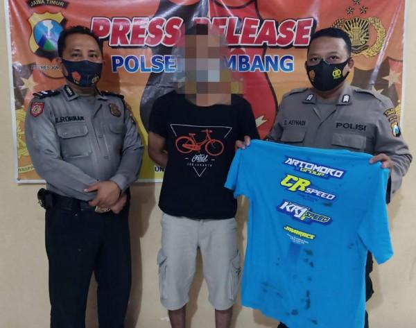 Pelaku saat diamankan polisi ke Mapolsek Jombang. (Istimewa)