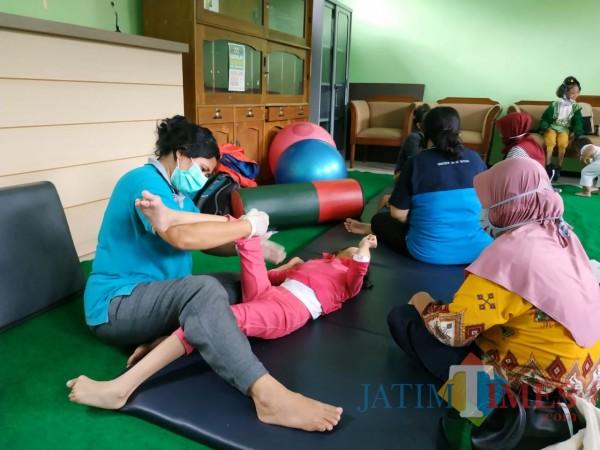 Suasana pelayanan terapi penyandang disabilitas (Hendra Saputra)
