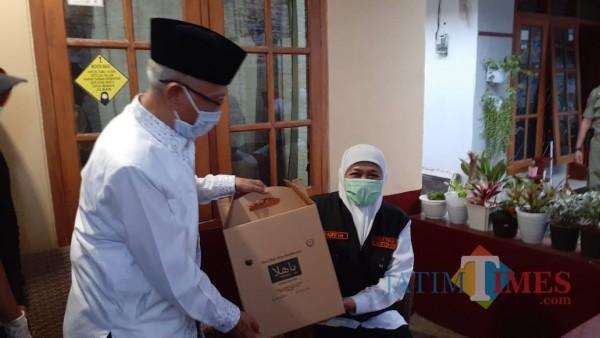 Gubernur Jatim Khofifah ketika mengunjungi tempat produksi kopi di Bondowoso