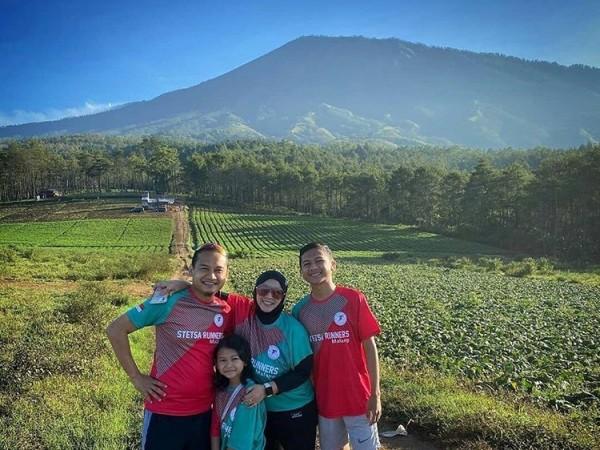 Salah satu keluarga saat berswafoto diBukit Jengkoang, di Desa Bulukerto, Kecamatan Bumiaji, Kota Batu. (Foto: istimewa)