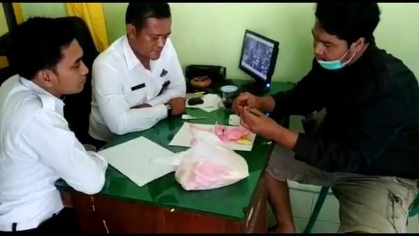 Anggota Satreskoba Polres Jombang bersama petugas Lapas Kelas IIB Jombang membuka narkoba yang diselundupkan melalui kerupuk pasir. (Istimewa)