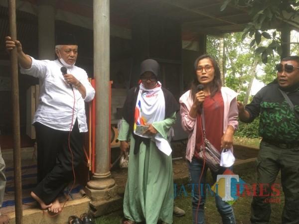 Calon Bupati Malang dari pasangan SanDi nomor urut 1, Sanusi (pegang mickrofon) saat berdialog dengan mantan TKI di Kabupaten Malang (Foto : Dokumen MalangTIMES)