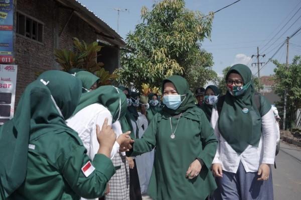 Calon Bupati Malang nomor urut dua yakni Lathifah Shohib saat menemui masyarakat di Pakisaji, Senin (16/11/2020). (Foto: Dok. Malang Bangkit)
