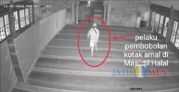 Pelaku pembobolan kotak amal yang tengah beraksi di Masjidil Halal (Anggara Sudiongko/MalangTIMES)
