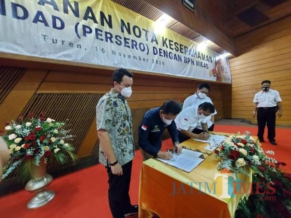Penandatanganan nota kesepahaman oleh Kepala BPH Migas dan Direktur Utama PT. Pindad, Senin (16/11/2020). (Foto: Tubagus Achmad/MalangTimes)