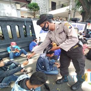 Tak Mau Aksi Arema Jadi Cluster Baru, Polisi Bagikan 1.000 Masker