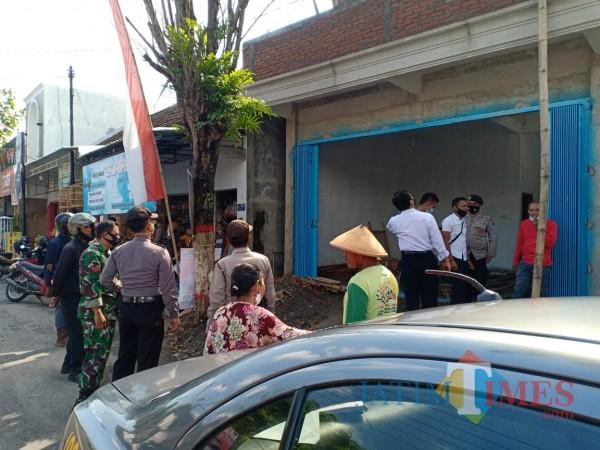Polisi melakukan olah TKP di lokasi pekerja bangunan tersengat listrik