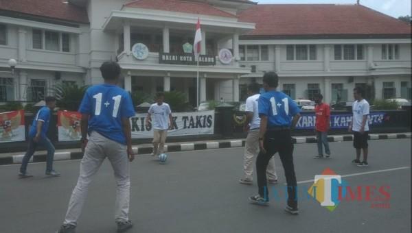 Suasana soccer street yang dilakukan Aremania (Hendra Saputra)