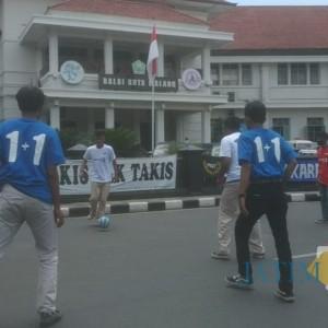 Jalanan Depan Balai Kota Malang Dijadikan Tempat Sepak Bola Jalanan AFC Vs AI