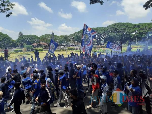 Aremania  memenuhi kawasan Bundaran Tugu Kota Malang, Senin (16/11). (Arifina Cahyanti Firdausi/MalangTIMES).