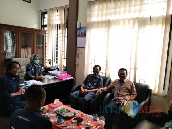 Anggota Komisi XI DPR RI Ali Ahmad (paling kanan, batik cokelat) saat melakukan sidak di KPU Kabupaten Malang. (Foto : Ashaq Lupito / MalangTIMES)