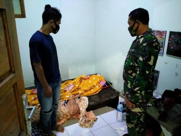 Babinsa Merjosari, Sertu Sunarto saat memantau lokasi kejadian ditemukannya mahasiswa yang tak bernyawa di dalam kamar (Ist)