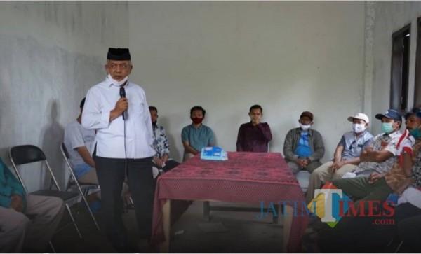 Calon Bupati Malang dari pasangan SanDi nomor urut 1, Sanusi (pegang mickrofon) saat berdialog dengan warga ketika berkampanye (Foto : Dokumen MalangTIMES)