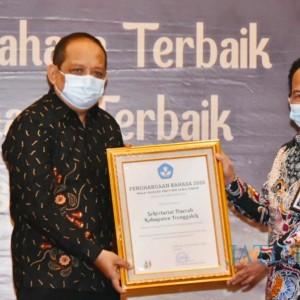 Utamakan Gunakan Bahasa Indonesia, Pemkab Trenggalek Sabet Penghargaan Bahasa