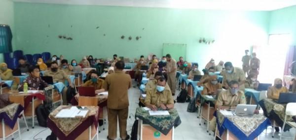 K3S se-kota Malang bersama pengawas sekolah Disdikbud Kota Malang menyiapkan PAS satu tahun pelajaran 2020/2021 daring. (Foto: Humas)